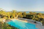 Aurelia-Blick am frühen Abend von der oberen Terrasse auf den Pool und das Mittelmeer am Golf von Frejus an der Cote d'Azur in Südfrankreich