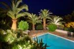 Gartenbeleuchtung mit Palmen am Pool der Villa Aurelia in Südfrankreich