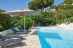 Aurelia- Liegen am Pool in Südfrankreichmit Blick auf das nahegelegene Meer