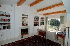 Bambous großer, gemütlich eingerichteter Wohnraum mit Kamin, Sitzecke am Fenster, Fernseher (mit Videorecorder und DVD Spieler) und einem direkten Zugang zum Balkon