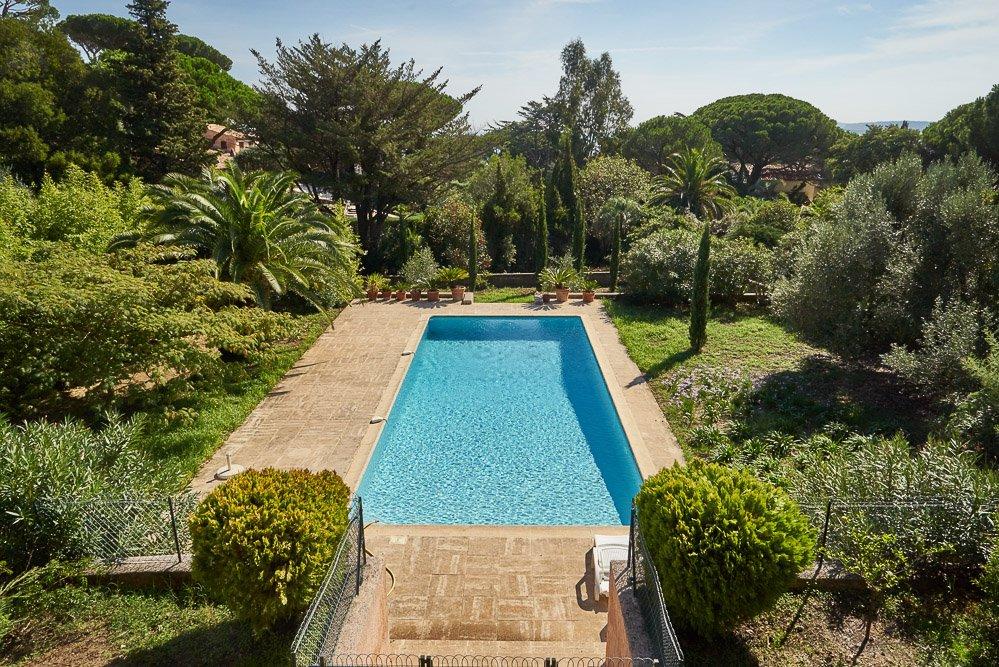 Swimmingpool und Garten der Villa Bambous in Sainte Maxime an der Cote d'Azur in Südfrankreich