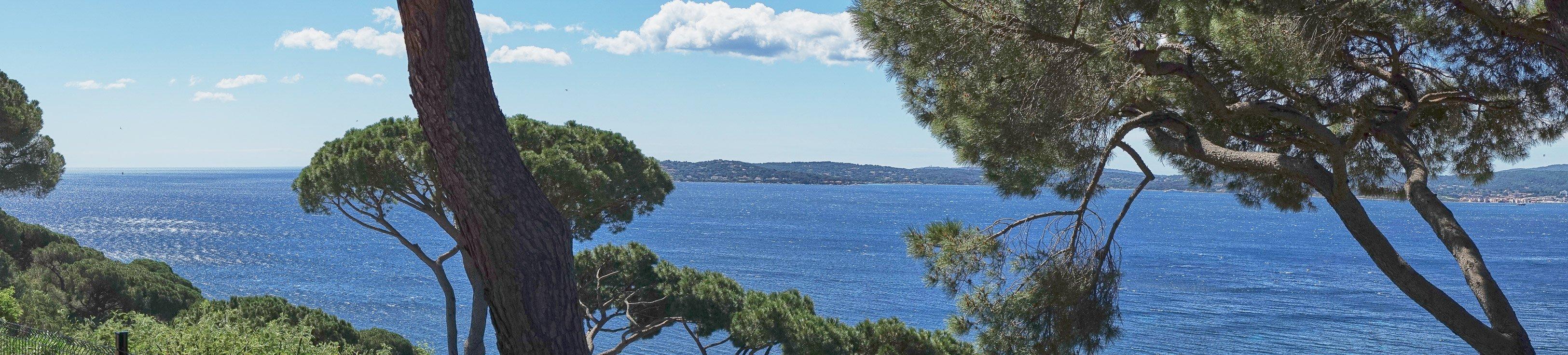 Der tolle Blick von der Terrasse der Villa Cactus 2 auf den Golf von St. Tropez in Südfrankreich