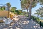 Villa Cactus 2 in Sainte Maxime. Der Bouleplatz mit Meerblick im Schatten von Pinien. Linkks der Pool.