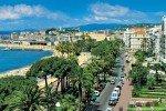Cannes - Blick auf Palmen und Strände an der Croisette