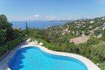 Cap-Blick vom Balkon über den Pool nach Süden auf den Golf von St Tropez an der Cote d Azur