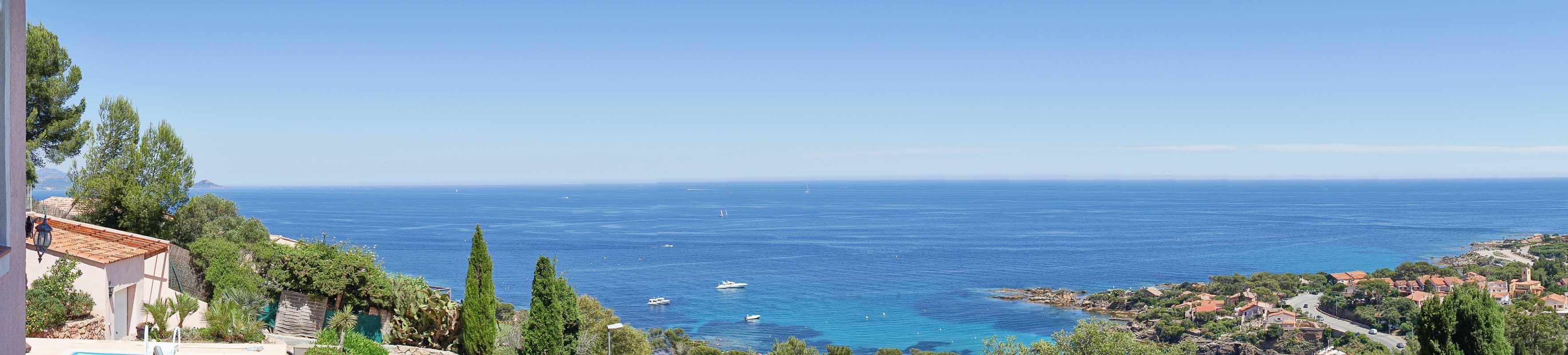 Meerblick vom Balkon des Hauses Dolmens in Les Issambres auf den Golf von Frejus an der Cote d Azur in Südfrankreich