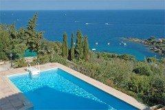 Villa Dolmens Ferienhaus in Les Issambres Côte d'Azur Südfrankreich-Pool und Blick auf Küste und Meer