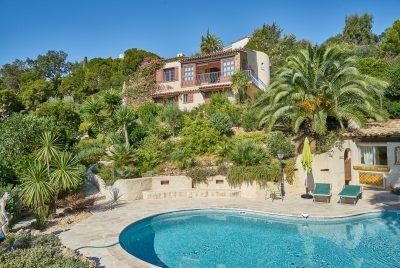 Blick auf heizbaren Pool, den Garten und das Haus Lorelyn an der Cote d Azur in Südfrankreich