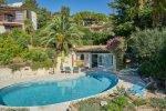 Der heizbare Pool und das Poolhaus des Hauses Lorelyn an der Cote d Azur in Südfrankreich