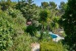 Wuchernde mediterrane Pflanzen im Garten des Hauses Lorelyn an der Cote d Azur in Südfrankreich