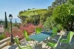 Esstisch im Freien auf der oberen Terrasse des Hauses Lorelyn an der Cote d Azur in Südfrankreich