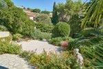 Vordere Terrasse und Einfahrtsbereich des Hauses Lorelyn an der Cote d Azur in Südfrankreich