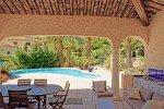 überdachte Terrasse und Swimmingpool der Villa Mourvedre in Les Issambres an der Cote d'Azur am Meer in Südfrankreich
