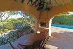 Küchenterrasse mit Grill und Esstisch der Villa Olivades in Sainte Maxime an der Cote d'Azur in Südfrankreich