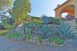 Hinterer Garten der Villa Olivades in Sainte Maxime an der Cote d'Azur in Südfrankreich