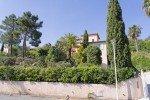 Garten und Haus Varoise in Les Issambres an der Cote d Azur von der Straße aus gesehen