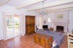 Wohnraum und Kamin des Hauses Varoise in Les Issambres an der Cote d Azur