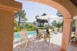 Überdachte und offene Terrasse, Pool und Meerblick des Hauses Varoise in Les Issambres an der Cote d Azur