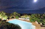 Villa Aurelia Ferienhaus in Les Issambres Côte d'Azur Südfrankreich-Pool beleuchtet Garten Meer bei Nacht
