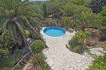Belaigo Ferienhaus in Les Issambres Côte d'Azur Südfrankreich-Blick vom Balkon auf Pool und Garten